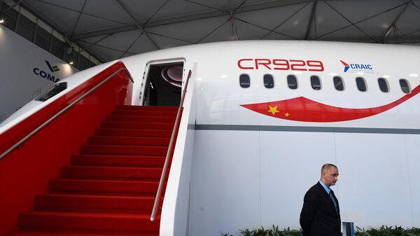 Макет российско-китайского широкофюзеляжного самолёта CR929 на Международном авиационно-космическом салоне МАКС-2019