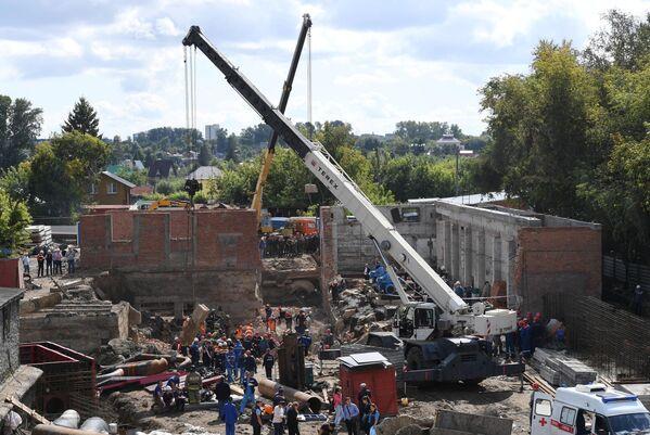 Сотрудники МЧС разбирают перекрытия, рухнувшие в строящемся здании в Новосибирске