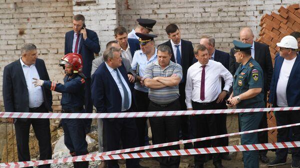 Мэр Новосибирска Анатолий Локоть на месте обрушения перекрытий в строящемся здании в Новосибирске
