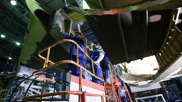 Сотрудники в испытательном цехе Центрального аэрогидродинамического института (ЦАГИ) в Московской области