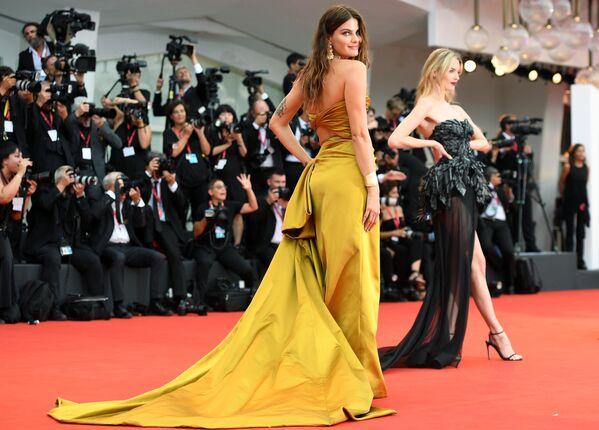 Бразильская супермодель Изабели Фонтана на красной дорожке церемонии открытия 76-го Венецианского международного кинофестиваля