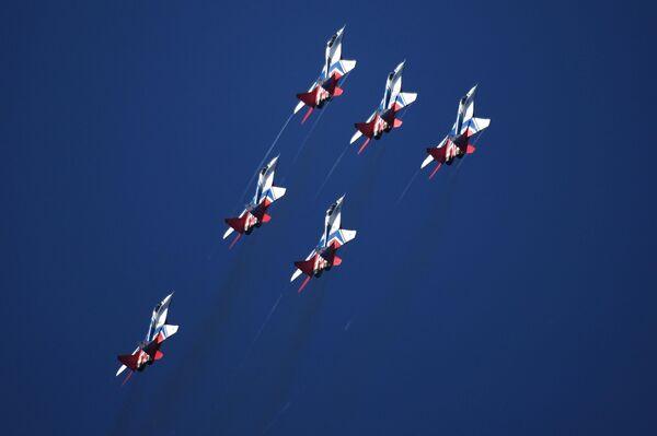 Самолеты МиГ-29 пилотажной группы Стрижи совершают полет на Международном авиационно-космическом салоне МАКС-2019 в подмосковном Жуковском