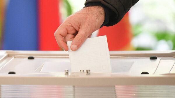 Мужчина голосует на выборах