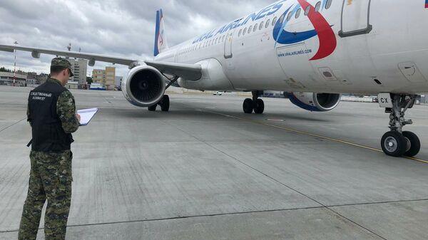 Сотрудник Следственного комитета возле самолета Airbus A321, совершившего вынужденную посадку в аэропорту Кольцово
