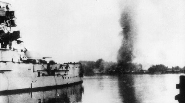 Немецкий броненосец Шлезвиг-Гольштейн открывает огонь по польским позициям на полуострове Вестерплатте. 1 сентября 1939