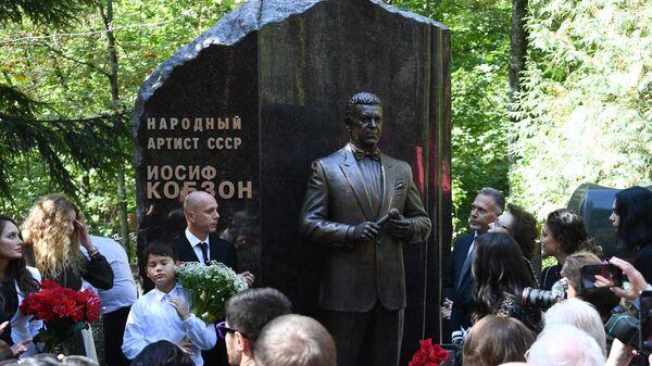 Церемония открытия памятника певцу Иосифу Кобзону на Востряковском кладбище в Москве
