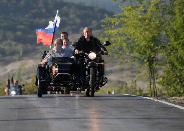 Президент РФ В. Путин посетил байк-шоу мотоклуба Ночные волки в Крыму