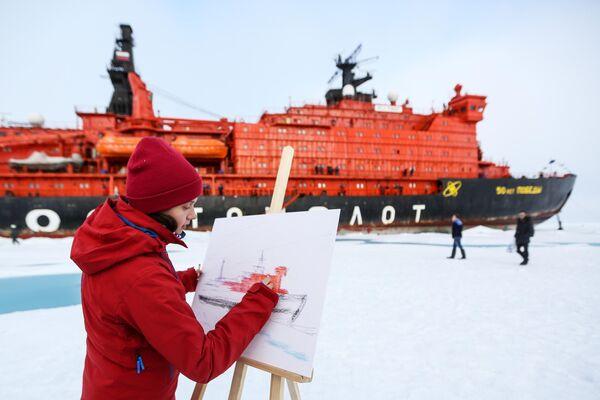 Участница детского юбилейного рейса в честь 60-летия атомного ледокольного флота, совершаемого на ледоколе 50 лет Победы, на Северном полюсе
