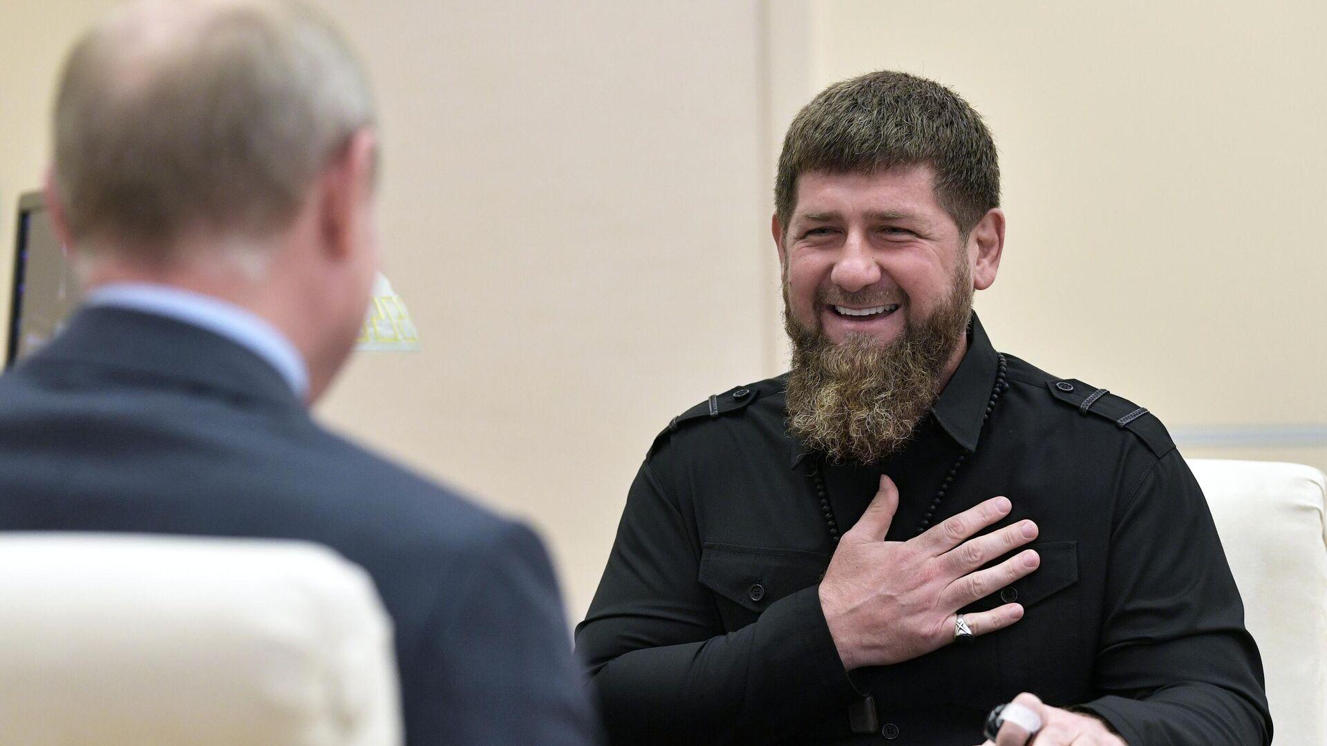 Глава Чеченской Республики Рамзан Кадыров во время встречи с президентом РФ Владимиром Путиным - РИА Новости, 1920, 07.10.2019