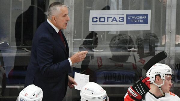 Главный тренер ХК Авангард Боб Хартли (слева на втором плане)