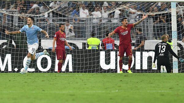 Футболисты Лацио радуются забитому мячу в ворота Ромы