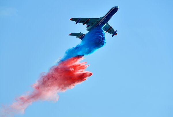 Российский самолёт-амфибия Бе-200ЧС, разработанный ТАНТК имени Г. М. Бериева и производимый на Иркутском авиационном заводе, совершает полет на Международном авиационно-космическом салоне МАКС-2019 в подмосковном Жуковском