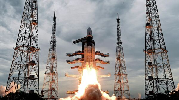 Запуск ракеты-носителя Mk III с автоматической станцией Чандраян-2 с космодрома космического центра имени Сатиша Дхавана