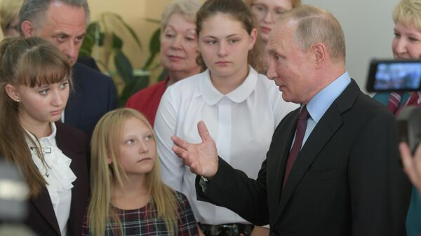 Президент РФ Владимир Путин во время посещения средней общеобразовательной школы №6 города Тулуна