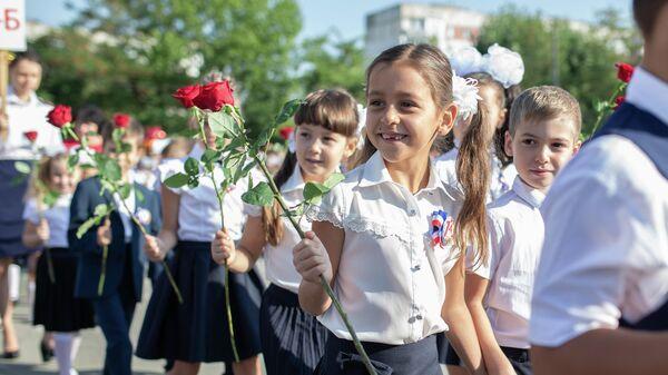 Первоклассники школы-лицея №3 имени А. С. Макаренко в Симферополе на линейке в честь начала учебного года