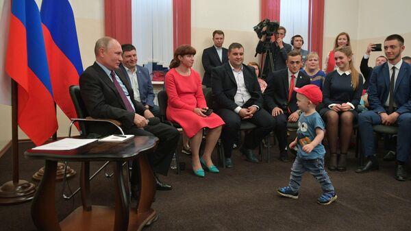 Президент РФ Владимир Путин во время встречи с жителями Тулуна