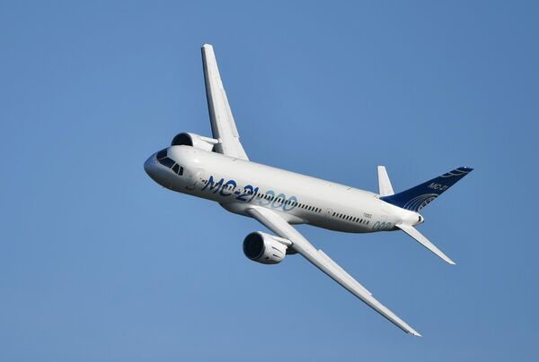 Российский среднемагистральный пассажирский самолёт МС-21-300 совершает полет на Международном авиационно-космическом салоне МАКС-2019 в подмосковном Жуковском