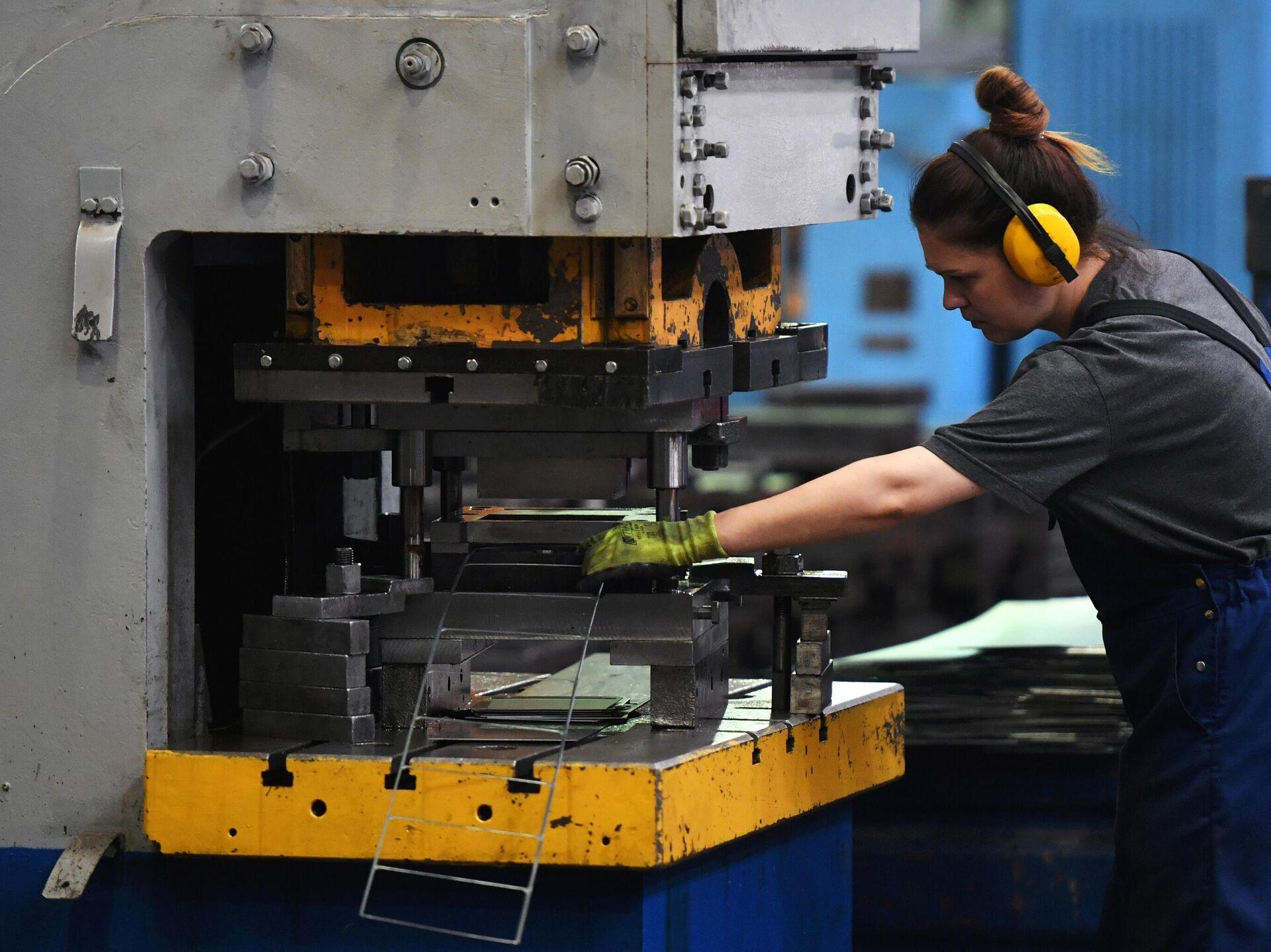 Работа в москве на заводах для девушек работа в вебчате урюпинск