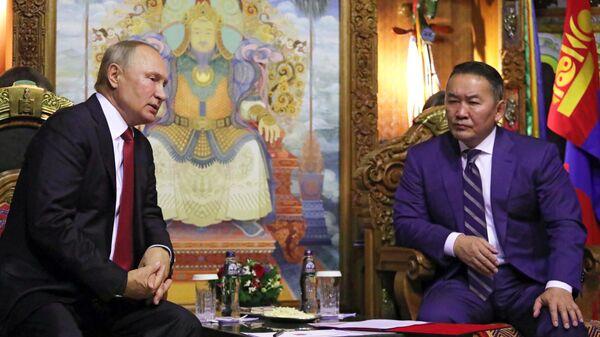 Владимир Путин и президент Монголии Халтмагийн Баттулга во время беседы в Государственном дворце в Улан-Баторе. 3 сентября 2019