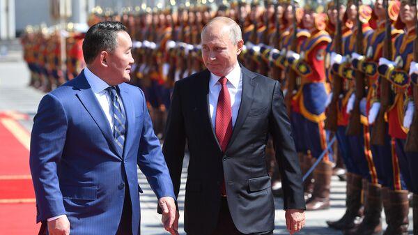 Владимир Путин и президент Монголии Халтмагийн Баттулга на церемонии официальной встречи у Государственного дворца в Улан-Баторе.  3 сентября 2019