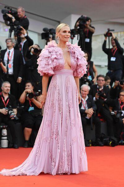 Модель Молли Симс на красной дорожке премьеры фильма Брачная история в рамках 76-го Венецианского международного кинофестиваля