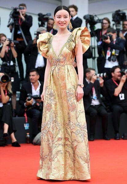 Китайская актриса Ни Ни на красной дорожке церемонии открытия 76-го Венецианского международного кинофестиваля