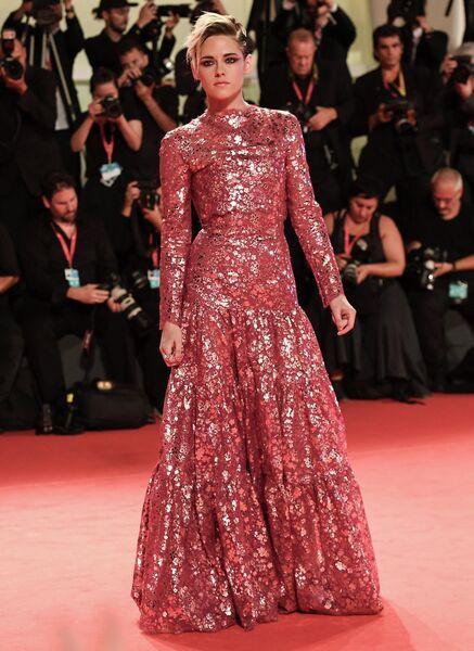 Актриса Кристен Стюарт на красной дорожке премьеры фильма режиссера Бенедикта Эндрюса Сиберг (Seberg) в рамках 76-го Венецианского международного кинофестиваля.