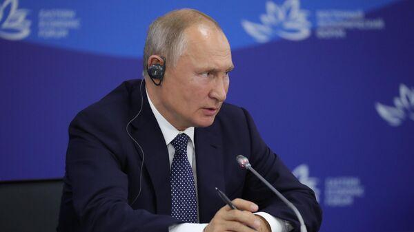 Президент РФ Владимир Путин выступает во время российско-индийских переговоров на V Восточном экономическом форуме во Владивостоке