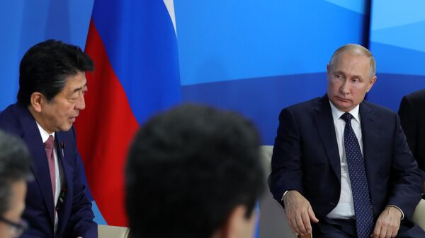 Владимир Путин и премьер-министр Японии Синдзо Абэ во время встречи на полях Восточного экономического форума – 2019
