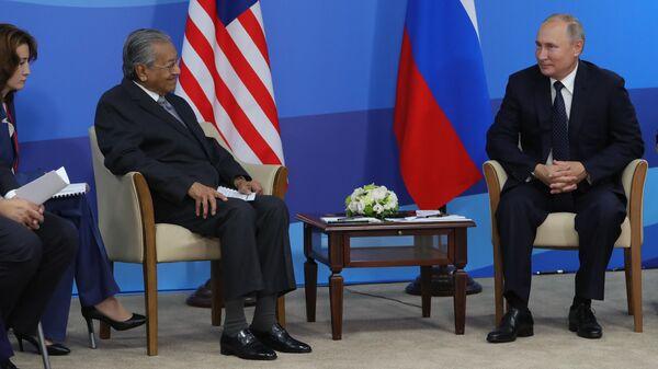 Президент РФ Владимир Путин и премьер-министр Малайзии Мохатхир Мохамад во время встречи на полях Восточного экономического форума – 2019