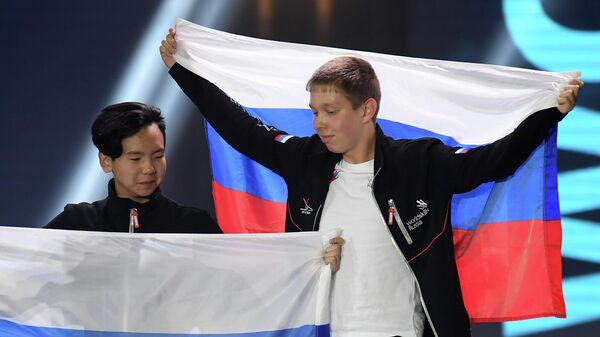 Андрей Мешков и Андрей Шмайхель (Россия), завоевавшие золотые медали на церемонии награждения победителей WorldSkills Juniors и Future Skills в компетенции Сетевое и системное администрирование