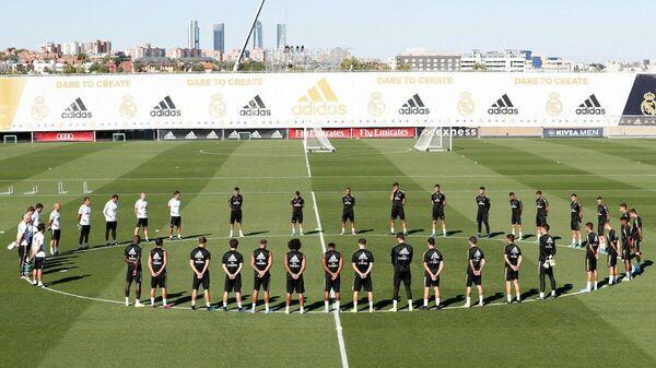 Минута молчания футболистов Реала во время тренировки