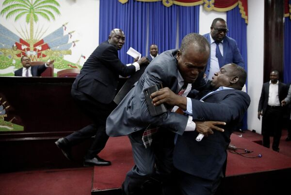 Депутаты дерутся перед сессией парламента на Гаити