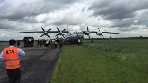 Военный самолет Y8 на взлетно-посадочной полосе в международном аэропорту Янгона в Мьянме