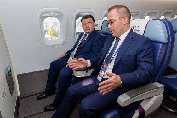 Председатель ПСБ Петр Фрадков и генеральный директор корпорации Иркут Равиль Хакимов на осмотре выставочного образца нового российского пассажирского самолета МС-21