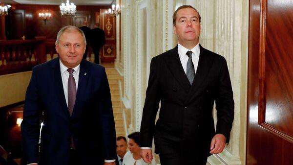 Председатель правительства РФ Дмитрий Медведев и премьер-министр Белоруссии Сергей Румас во время встречи