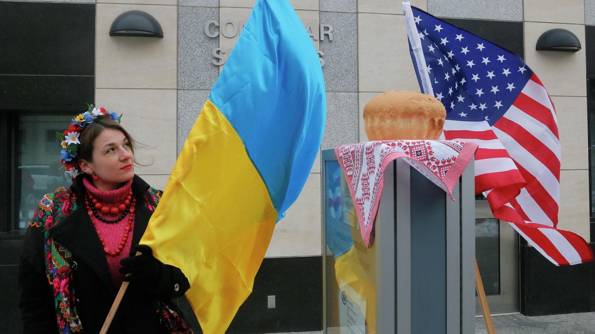 Женщина держит флаг Украины посольством США в Киеве - РИА Новости, 1920, 27.10.2020