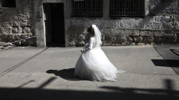 Девочка в платье невесты