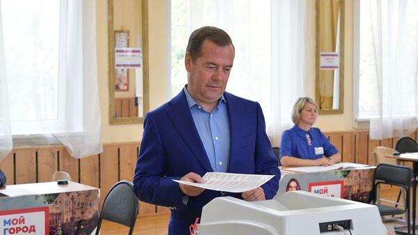 Дмитрий Медведев во время голосования на выборах депутатов в Московскую городскую Думу на избирательном участке № 2760 в московском районе Раменки