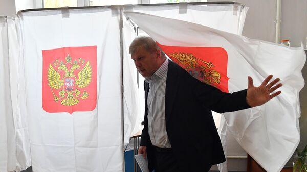 Кандидат в депутаты Московской городской Думы от партии Яблоко Сергей Митрохин голосует на выборах в Московскую городскую Думу