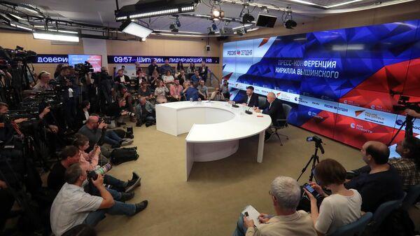 Генеральный директор МИА Россия сегодня Дмитрий Киселев и руководитель портала РИА Новости Украина Кирилл Вышинский на пресс-конференции в Международном мультимедийном пресс-центре МИА Россия сегодня