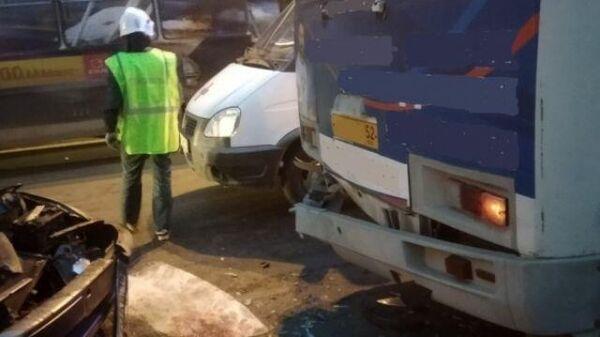 Последствия ДТП с участием рейсового автобуса ПАЗ и легковой машины ВАЗ в Дзержинске