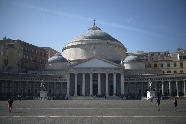 Церковь Сан Франческо ди Паола на площади Референдума в Неаполе