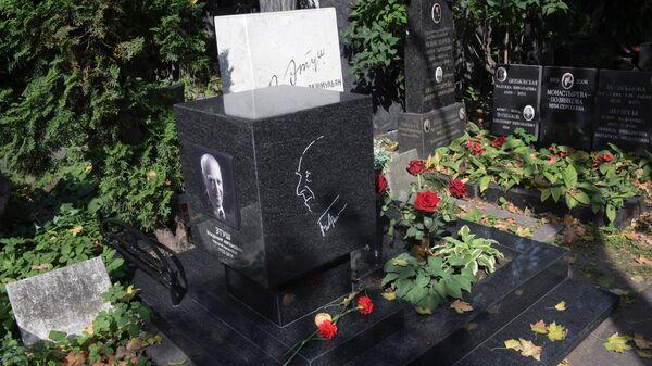 Памятник артисту Владимиру Этушу, установленный на Новодевичьем кладбище