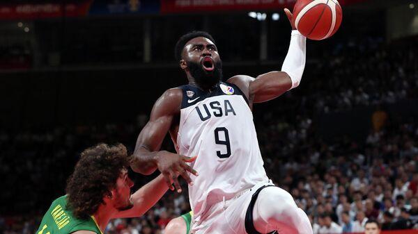 Игровой момент матча баскетбольного Кубка мира США - Бразилия