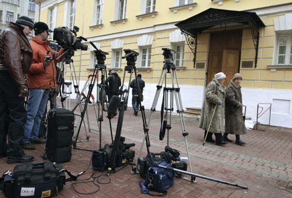 У здания Московского окружного военного суда, где проходят слушания по делу об убийстве обозревателя Новой газеты Анны Политковской