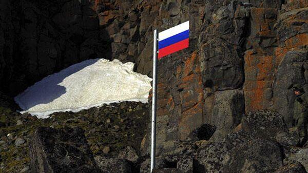 Участники Комплексной экспедиции Северного флота на архипелаге Земля Франца-Иосифа установили Государственный флаг РФ на мысе Флигели острова Рудольфа