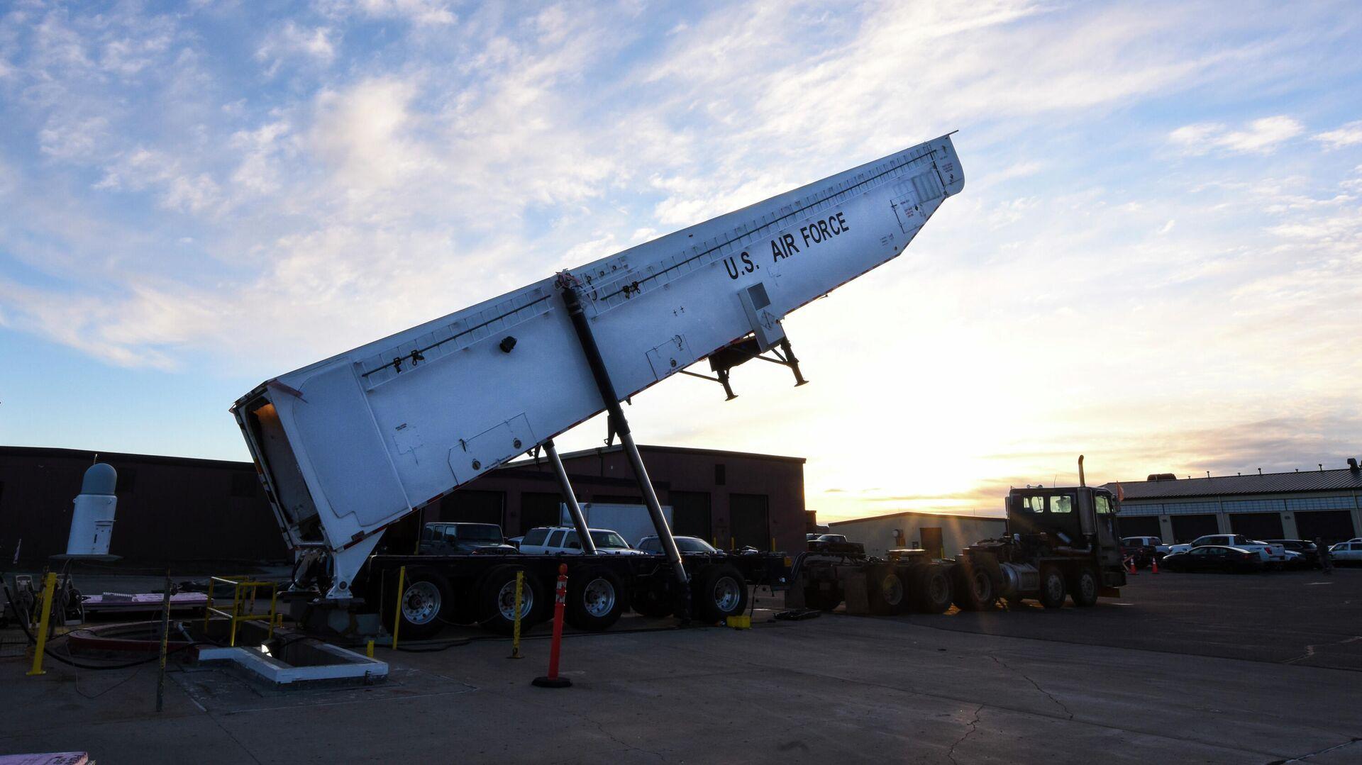 Транспортно-заряжающая машина межконтинентальной баллистической ракеты Minuteman III армии США - РИА Новости, 1920, 06.02.2020