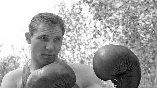 Советский боксёр, чемпион Олимпийских игр 1964 года в Токио, 2-кратный чемпион Европы, 7-кратный чемпион СССР Валерий Попенченко. На Олимпиаде в Токио был награждён Кубком Вала Баркера как самый техничный боксёр.