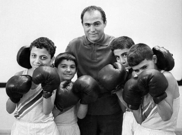 Олимпийский чемпион боксер Владимир Енгибарян  со своими учениками.